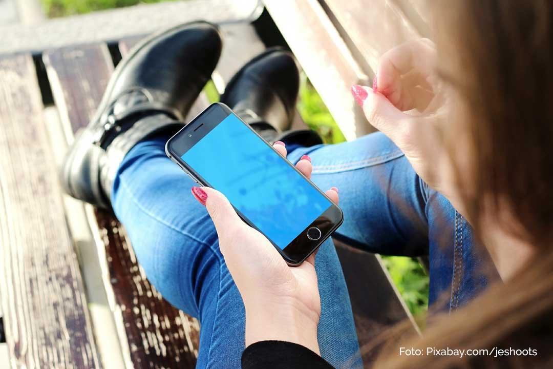 Cybermobbing bei Kindern. Was Eltern tun koennen. Kind mit Smartphone
