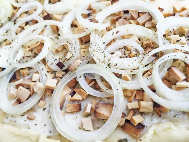 veganer Flammkuchen vom Grill frisch belegt