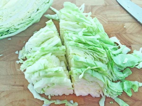 Partysalat: veganer Krautsalat, Streifen schneiden