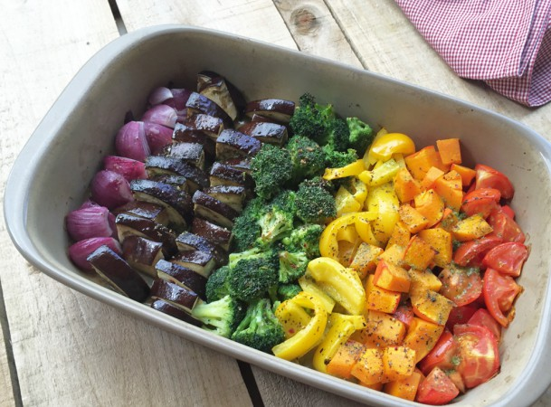 Regenbogen-Ofengemüse fertig zum Servieren