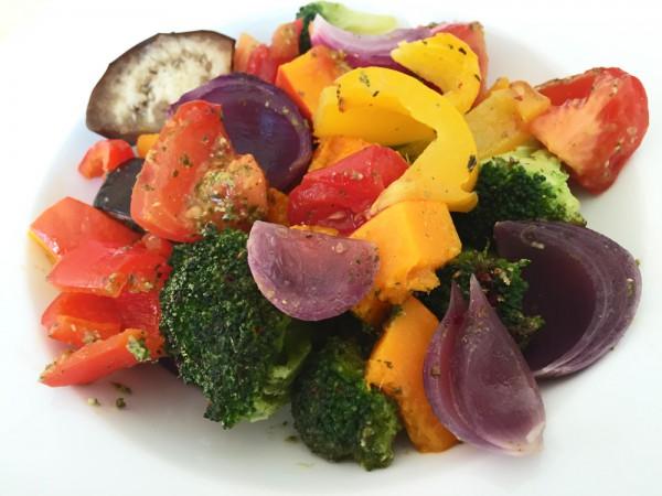 Angerichteter Teller mit Regenbogen-Ofengemüse
