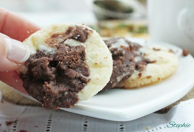 """Vegane Cookies """"Kuh-kies"""", Keks in der Hand"""
