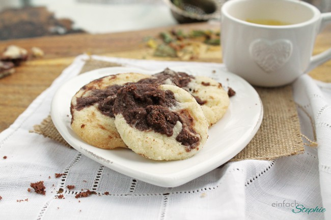 """Vegane Cookies """"Kuh-kies"""", auf Teller mit Tasse Tee"""