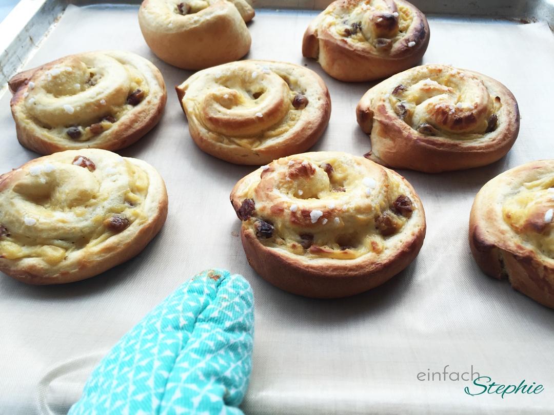 Hefeschnecken mit Pudding vegan, fertig gebacken auf Blech