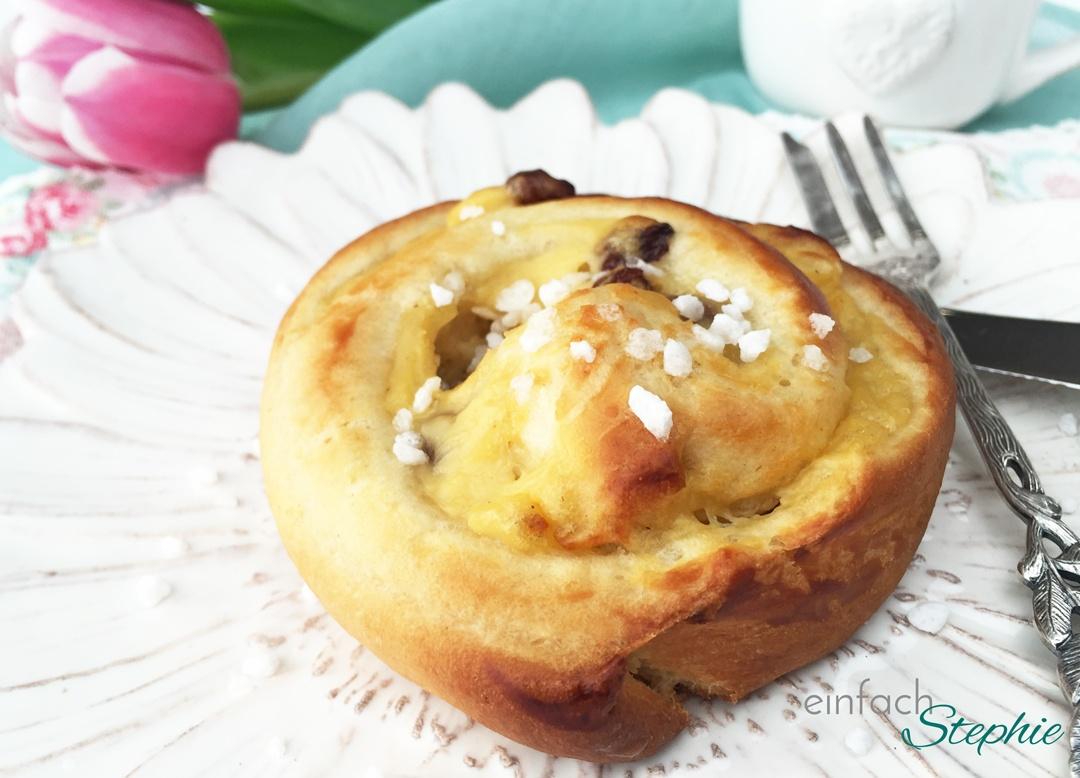 Hefeschnecken mit Pudding vegan, Puddingteilchen auf Teller