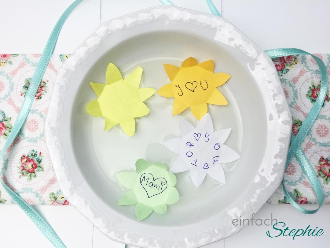 Muttertagsgeschenk basteln: Wasserrose mit Liebesbekenntnis. Foto
