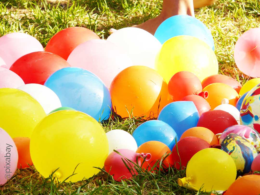 Sommerparty Spielidee Wasserbomben-Schlacht