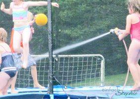 Sommerparty Spielidee Wasser auf Trampolin
