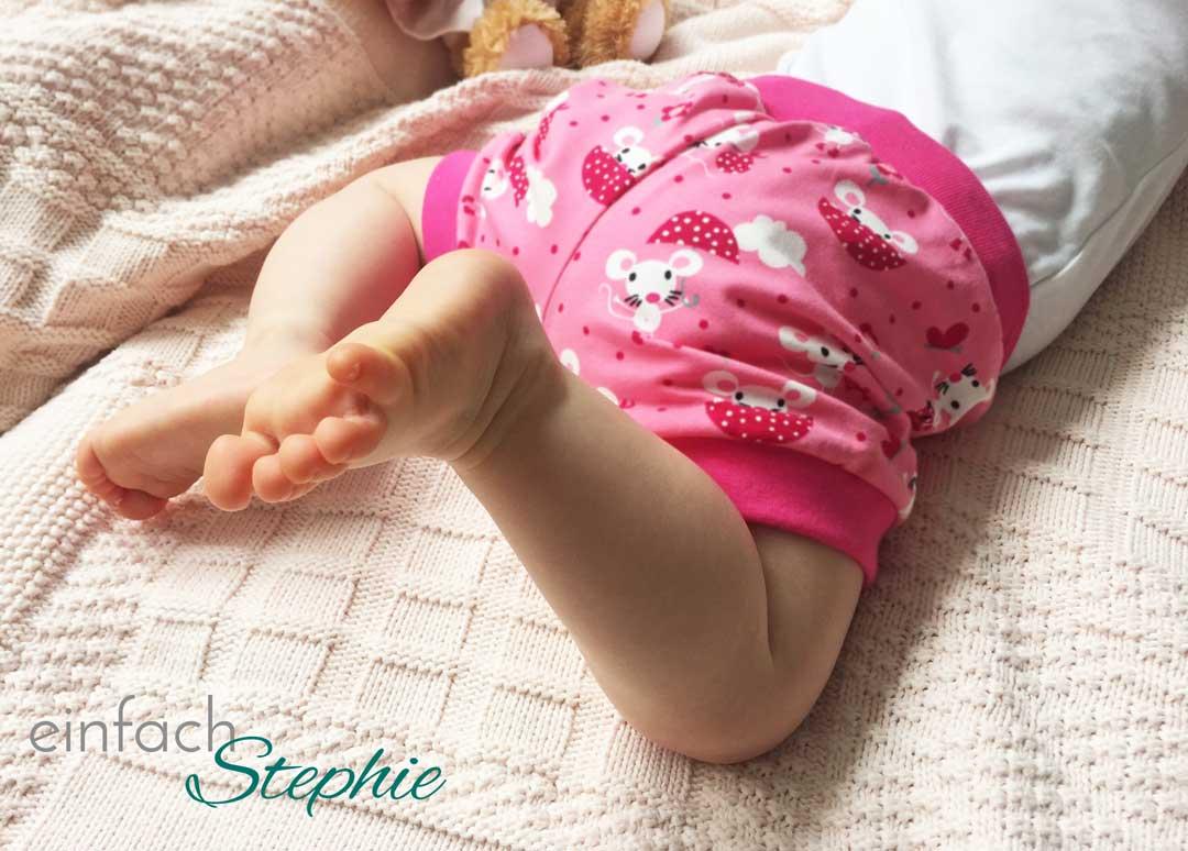 Baby in kurzer Hose von Babauba