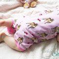 Baby in Latzhose von Babauba