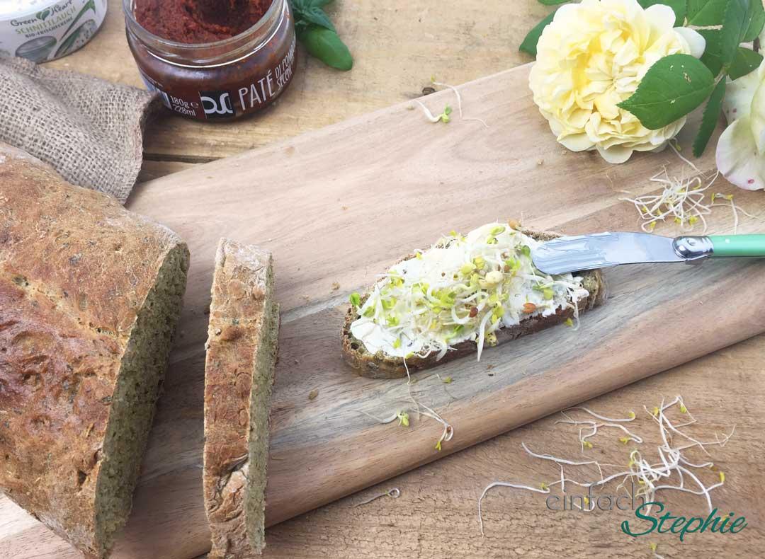 Dinkel-Kräuterbrot zum Grillen. Belegt mit Frischkäse und Sprossen