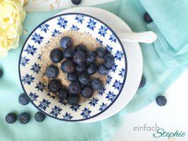 Porridge selber machen und im Glas bevorraten. Angerichtet mit frischen Blaubeeren