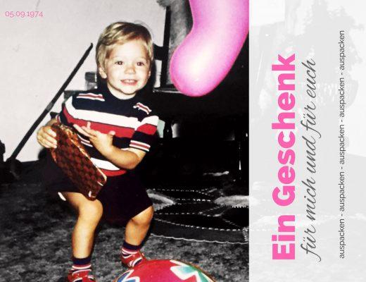 Stephie als Zweijährige mit Geschenk in der Hand. September 1974