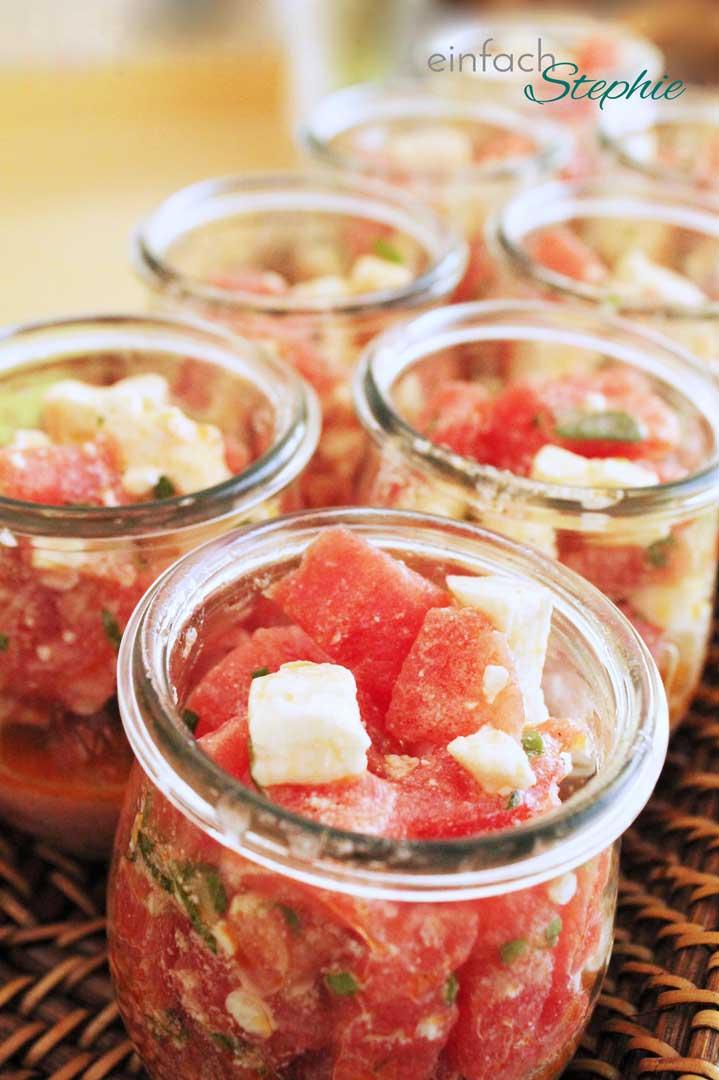 Sommersalat mit Wassermelone und Feta in Partygläsern