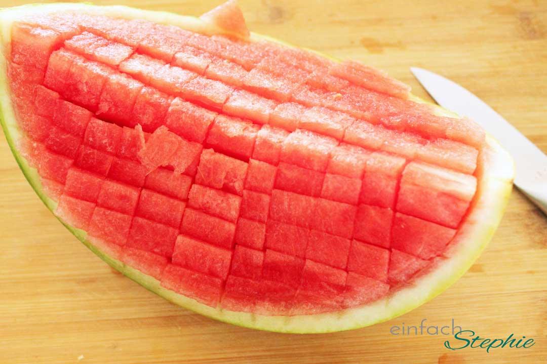 Sommersalat mit Wassermelone und Feta. Wassermelone aufgeschnitten