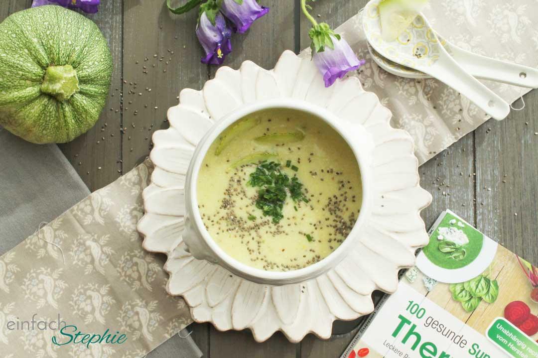 Zucchinisuppe mit Mandeln aus: 100 gesunde Suppen aus dem Thermomix vom Riva Verlag. Fertige Suppe mit Cover