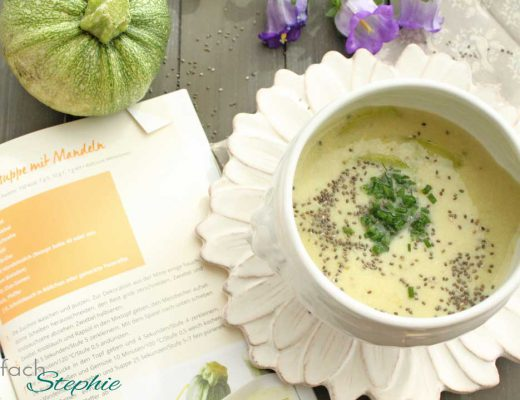 Zucchinisuppe mit Mandeln aus: 100 gesunde Suppen aus dem Thermomix vom Riva Verlag. Suppe mit aufgeschlagenem Buch