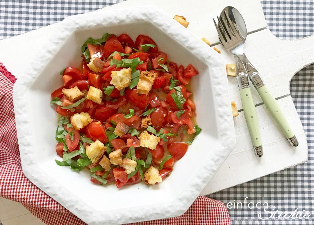 Italienischer Brotsalat. Panzanella Salat. Tomatensalat mit Brotwürfeln angerichtet