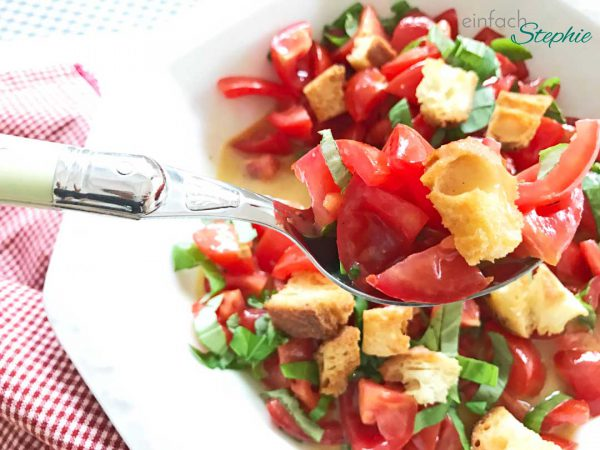 Italienischer Brotsalat. Panzanella Salat. Aufgegabelt
