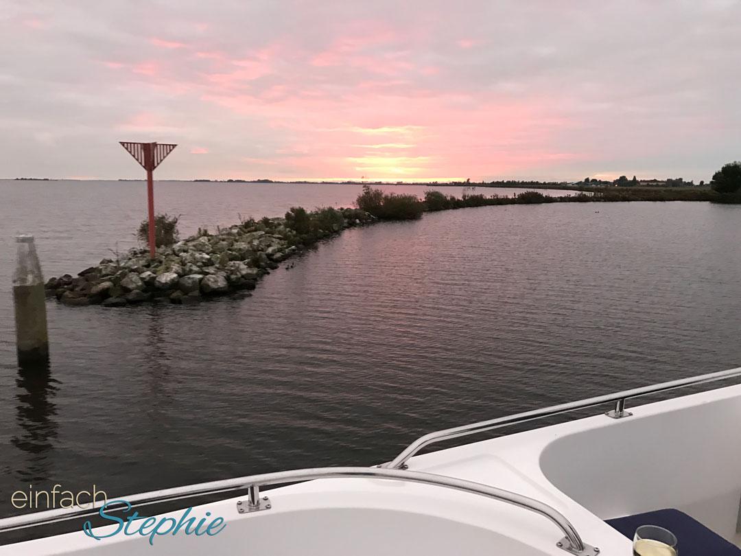 Per Hausboot durch Holland mit Großfamilie. Fahrt in den Sonnenuntergang