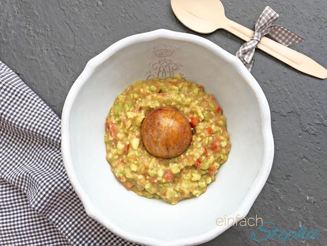 Vegane Guacamole schnell gemacht. Mit Kern gegen das Nachbräunen