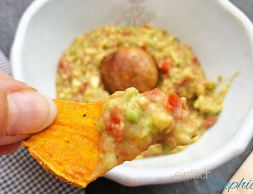 Vegane Guacamole schnell gemacht, hier als Dip zu Süßkartoffelchips