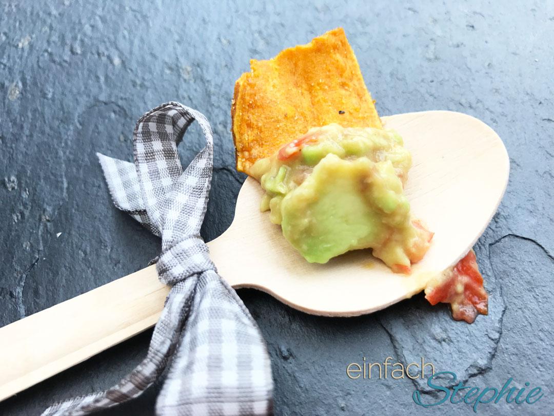Vegane Guacamole schnell gemacht, hier auf Probierlöffel als Dip zu Süßkartoffelchips