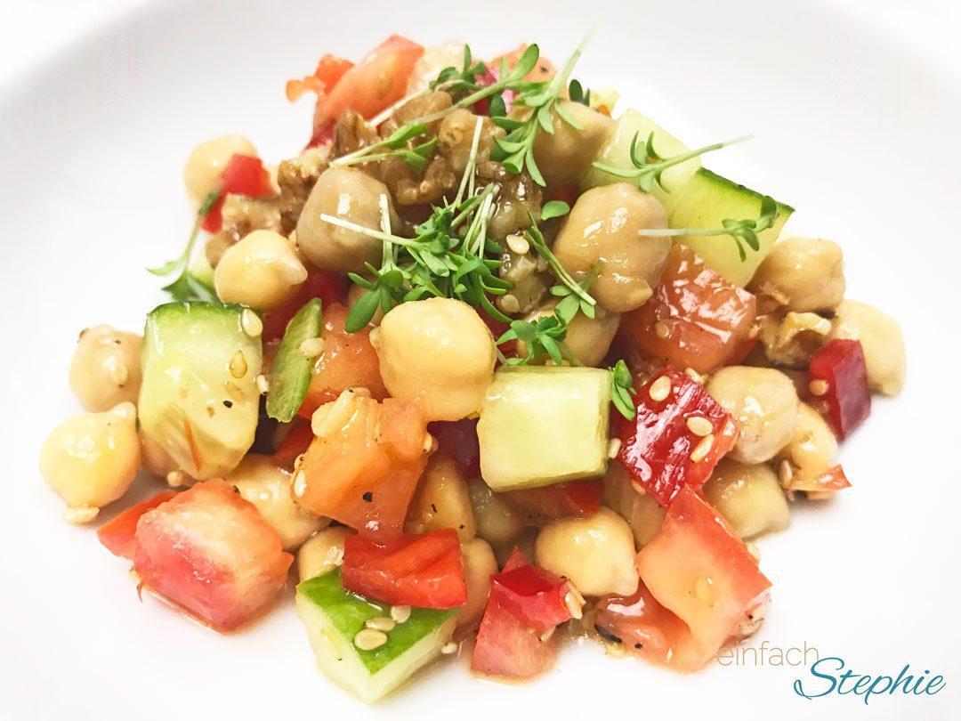 Kichererbsensalat Rezept vegan. Portion auf dem Teller