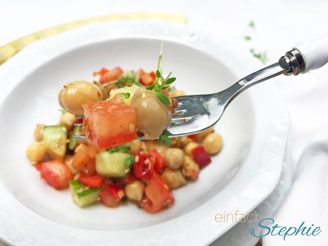 Kichererbsensalat Rezept vegan. Portion auf Gabel