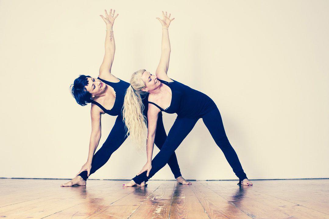 Foto Pilates am Morgen. Bild mit zwei Frauen