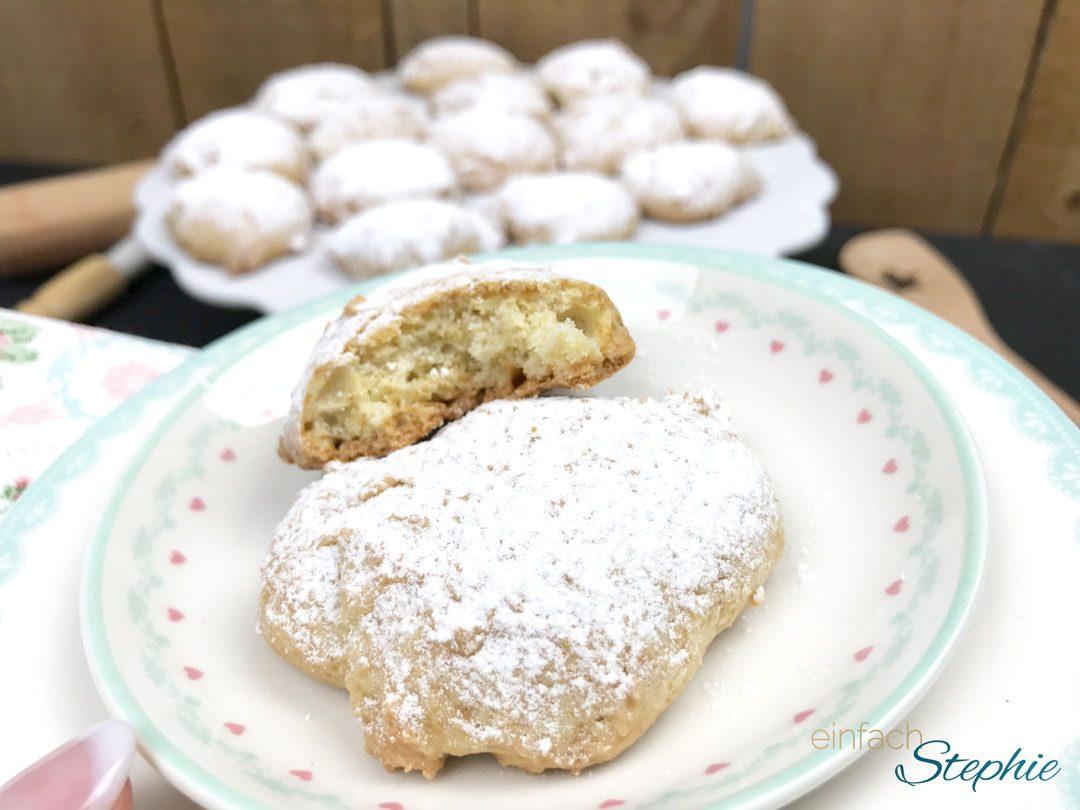 Vegane Plätzchen. Kekse ohne Ei. Auf Teller angerichtet