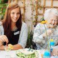 Du bist ein Gewinn. Deutsche Fernsehlotterie. Senioren und junge Menschen verbringen Zeit miteinander