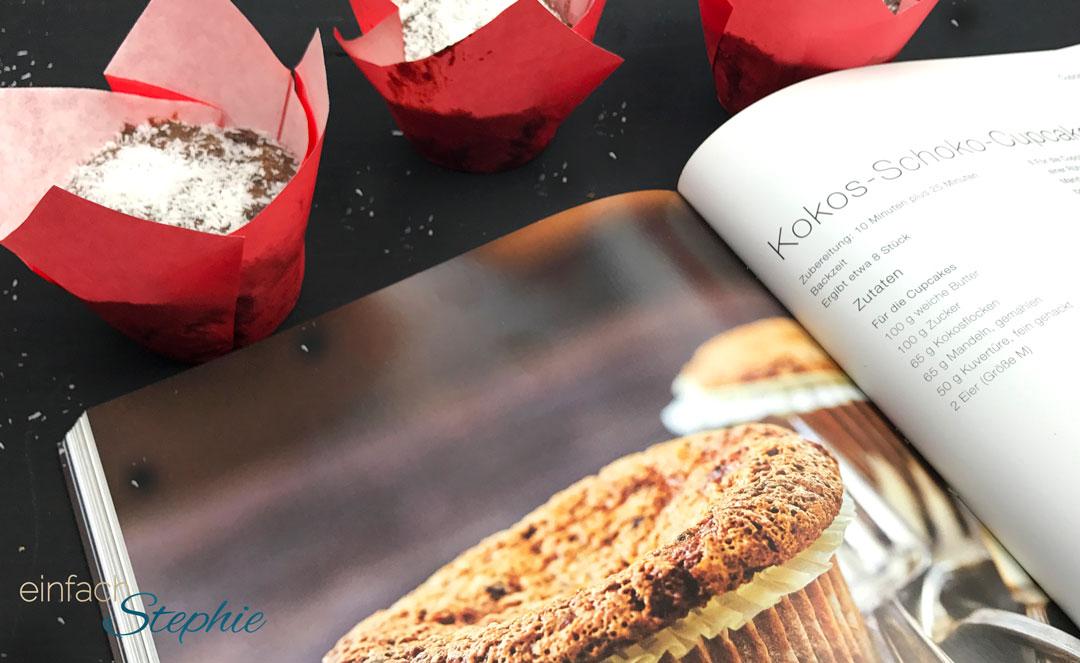 weihnachtliche Schoko Kirsch Muffins ohne Mehl. Aufgeschlagenes Buch