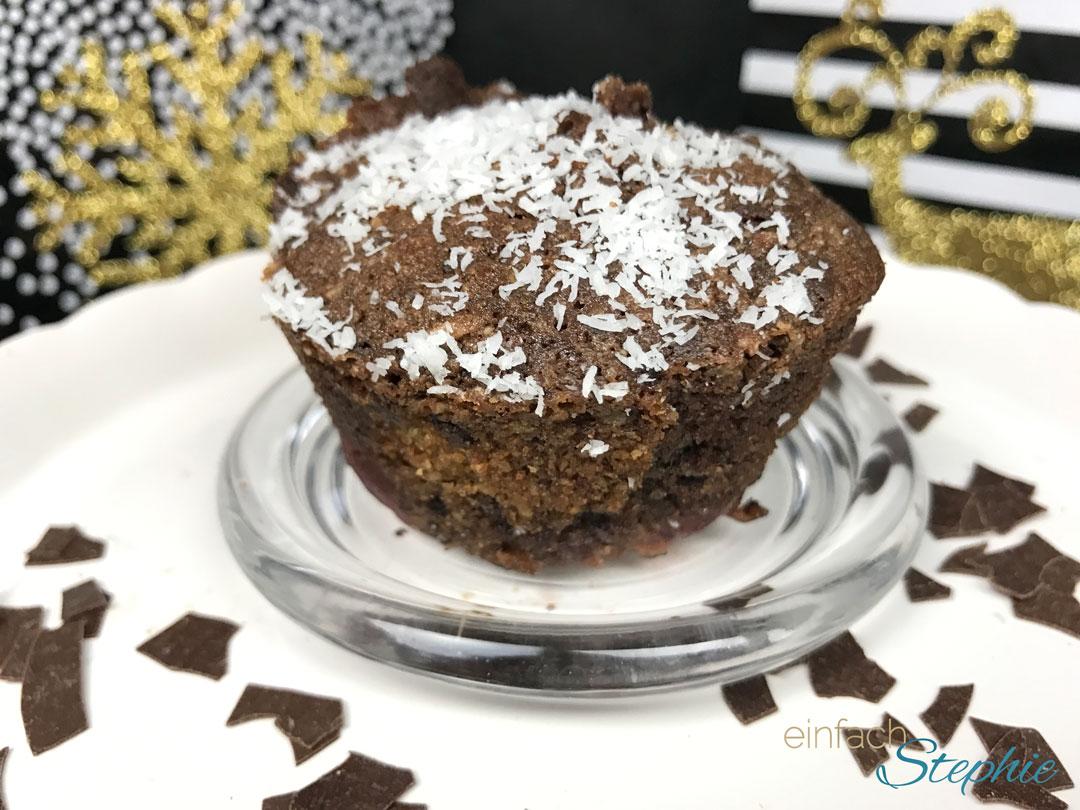 weihnachtliche Schoko Kirsch Muffins ohne Mehl. Deko in gold-schwarz