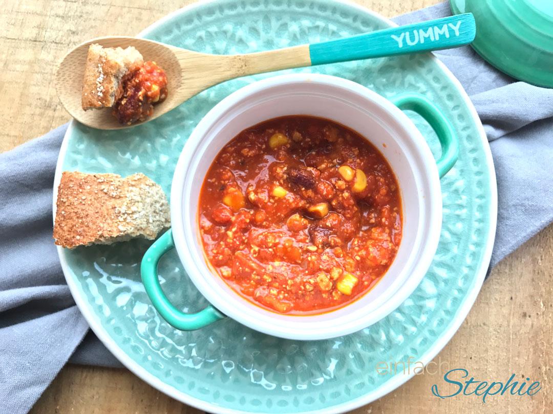 Veganes Chili (sin carne) serviert in der Mini Cocotte