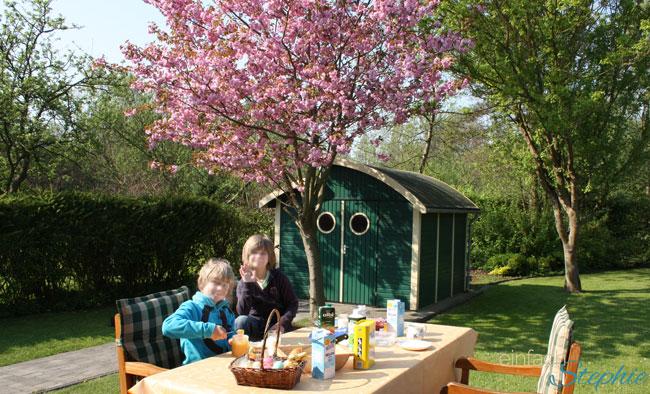 Warum wir unser geliebtes Ferienhaus verkaufen.  Frühstück im Garten