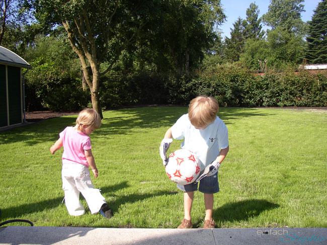 Warum wir unser geliebtes Ferienhaus verkaufen. Kinder spielen im Garten