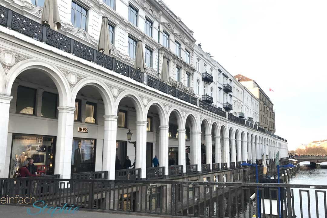 Hamburg wie ich es liebe! die weiße Häuserzeile am Rathausplatz