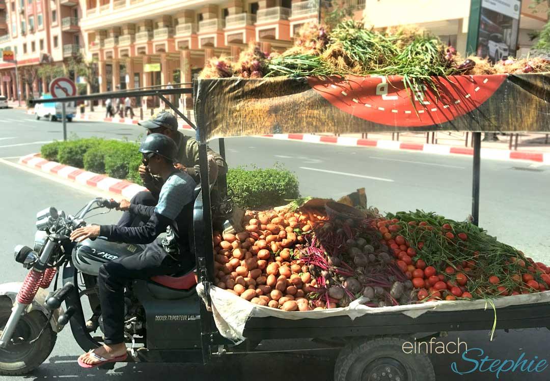 Marokko, Agadir. Transport von Gemüse auf einem Motorrad