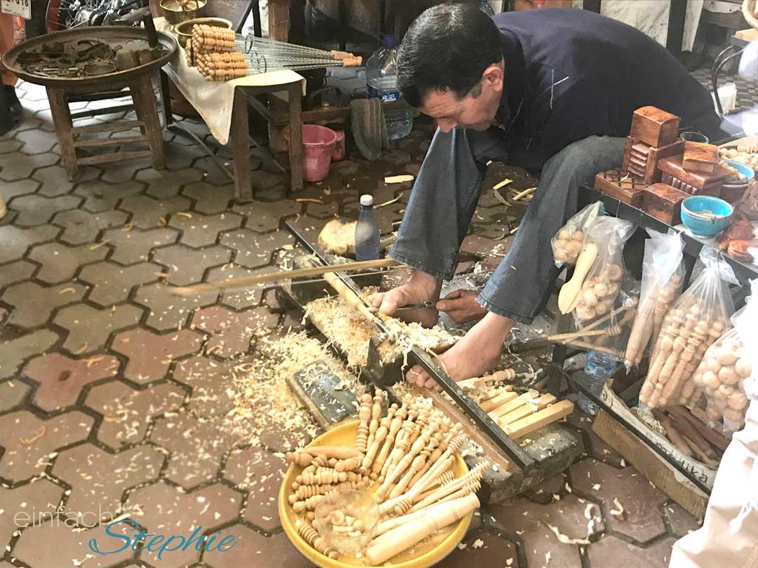 Marrakesch, Marokko. Holzarbeiter in den Souks