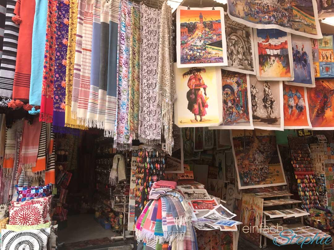 Marrakesch, Marokko. Verkauf von Kunst und Tüchern in den Souks