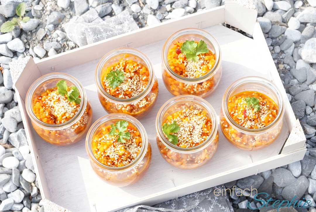 Salat zum Grillen: Möhrensalat mit Ingwer-Honig-Dressing.  Auf Tablett serviert