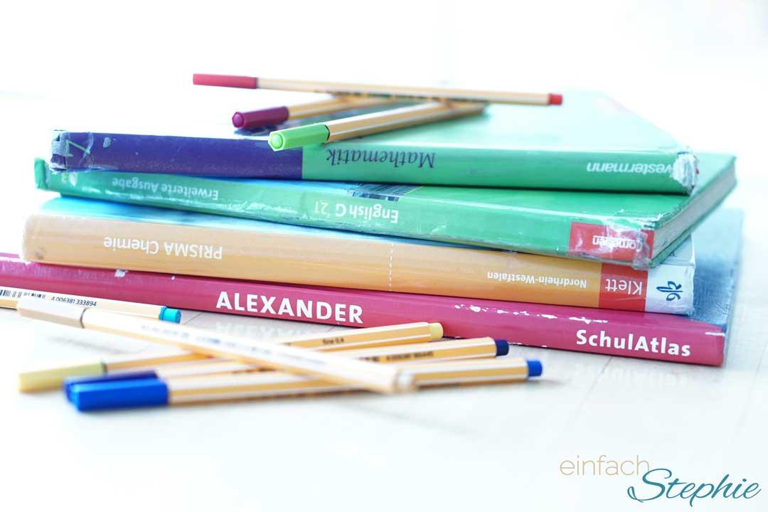 Schulwechsel zum Gymnasium in der Mittelstufe. Bücherstapel