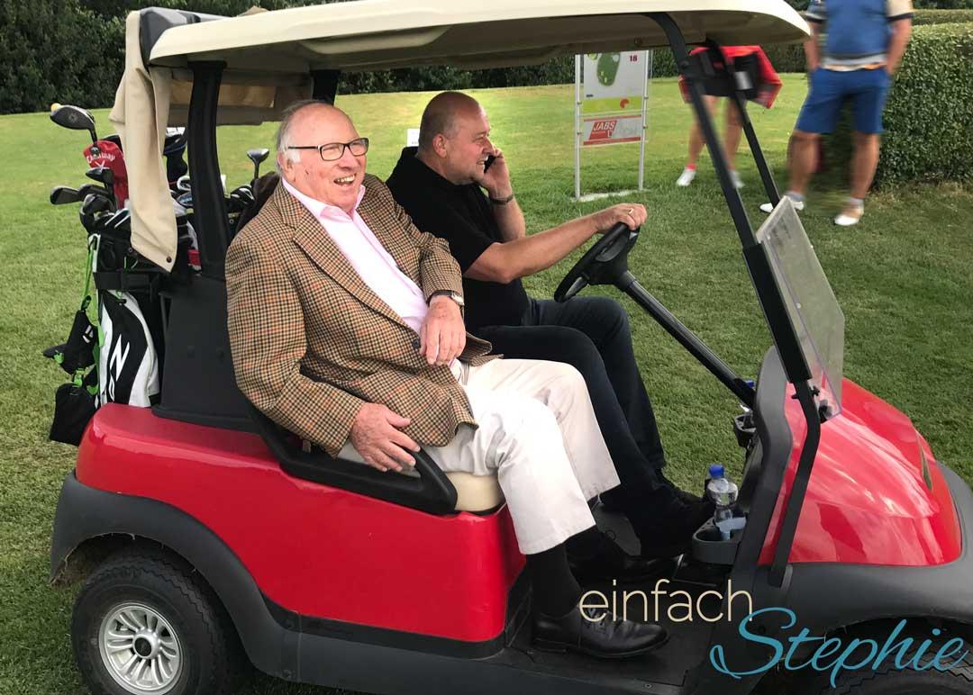 Mein Wochenende mit Jörg Wontorra und Uwe Seeler. Golfturnier Rotary-Kone 2017. Uwe und mein Mann im Golfcart
