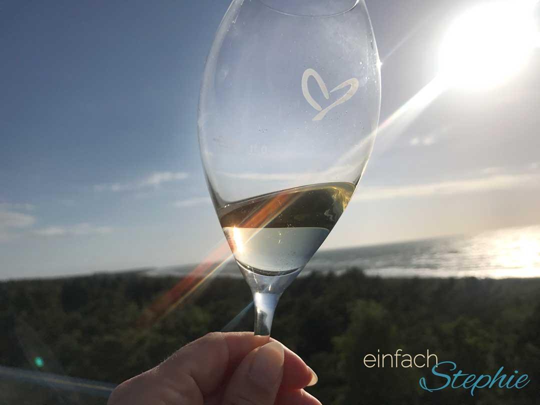 Offen für neue Begegnungen beim Kurztrip an die Ostsee. Glas mit Logo