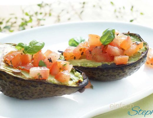 Vegetarisch Grillen. Gegrillte Avocado mit Tomatensalsa. Angerichtet auf Teller