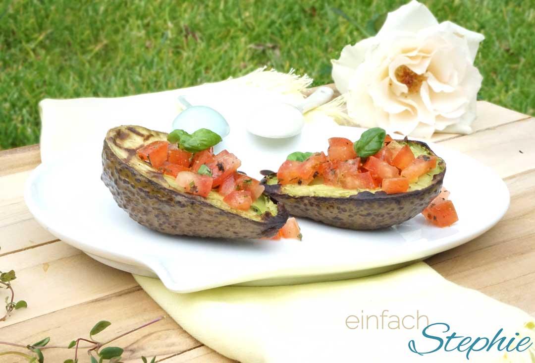 Vegetarisch Grillen. Gegrillte Avocado mit Tomatensalsa. Idee für ein Picknick