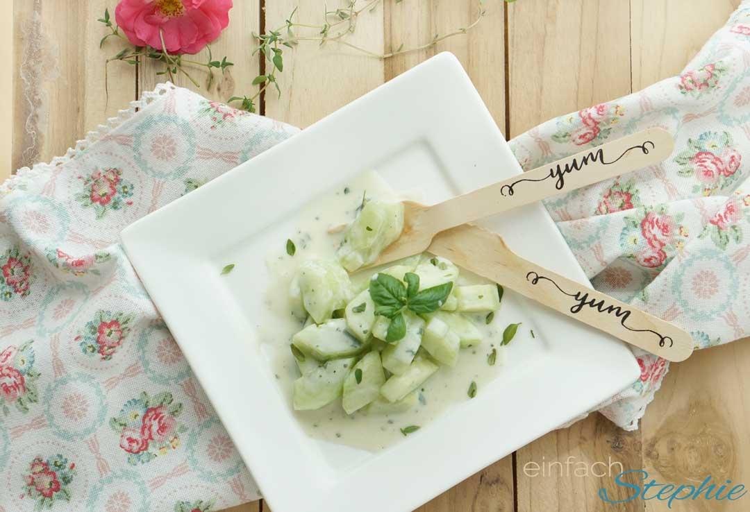 Wasabi-Gurkensalat als Beilagensalat zu Fisch und zum vegetarischen Grillen. Picknick