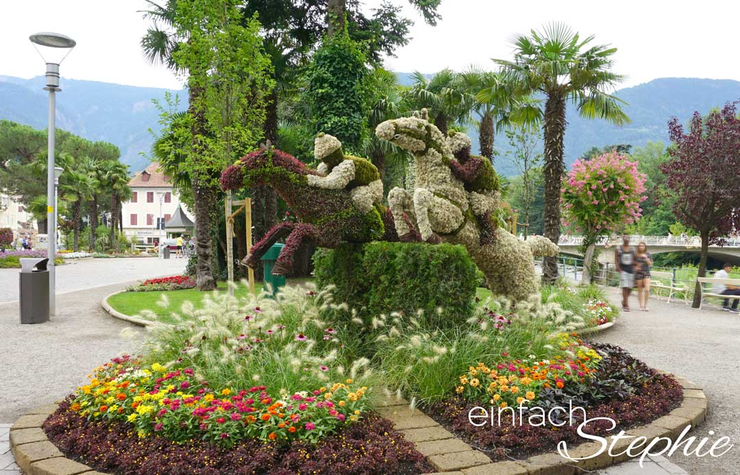 5 Tipps für Meran. Spaziergang durch Meran. Reiter und Pferde aus Blumen arrangiert