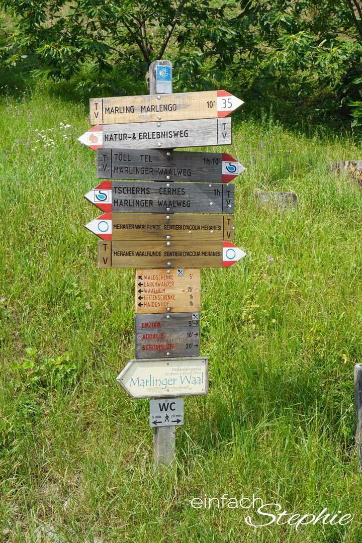 5 Tipps für Meran. Spaziergang durch Meran. Wegweiser am Marlinger Waalweg
